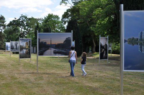 Deux personnes observent l'exposition photo
