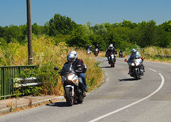 Des motards sur la route