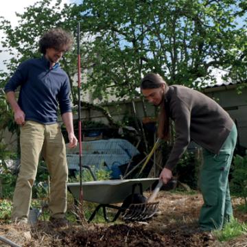 Deux personnes qui jardinent